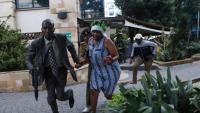 Una dona és evacuada del complex d'edificis atacat ahir a Nairobi