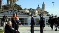 Una patrulla mixta d'agents de la Guàrdia Urbana i l'empresa de seguretat al passeig de Sitges per controlar el fenomen del top manta