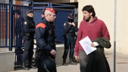 Sortida de l'alcalde de Verges, Ignasi Sabater, de la comissaria de la Policia espanyola a Girona on ha estat traslladat a primera hora del matí després de ser detingut davant del seu domicili