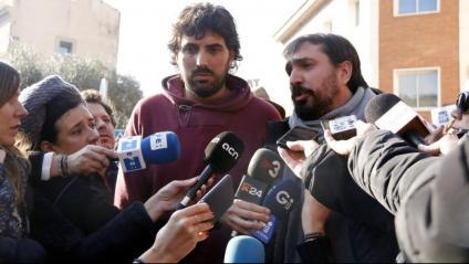 L'alcalde de Verges, Ignasi Sabater –esquerra–, i el de Celrà, Dani Cornellà, atenent els mitjans després de sortir de la comissaria a Girona el 16 de gener del 2019