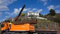 Un camió transporta tubs que s'usen per al rescat del nen, de qui encara es desconeix en quin punt del pou és