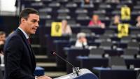 Sánchez, intervenint al Parlament Europeu, amb els cartells de presos i exiliats de fons