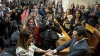 La salutació del relleu entre la presidenta sortint, la socialista Susana Díaz, i el nou president del PP, Juan Manuel Moreno, ahir al Parlament