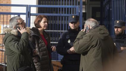 L'alcaldessa de Girona, Marta Madrenas, i els diputats al Congrés Joan Olóriz i Joan Margall, demanant explicacions ahir sobre els fets. Poc després, van poder parlar amb l'agent que instrueix la causa