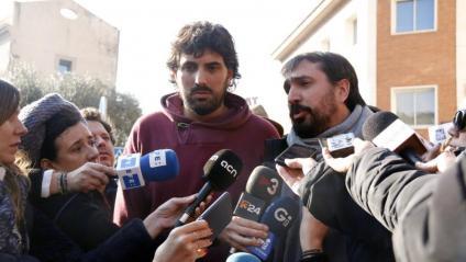 L'alcalde de Verges, Ignasi Sabater, i el de Celrà, Dani Cornellà, atenent els mitjans després de sortir de la comissaria a Girona