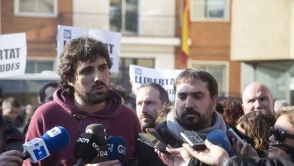 Els alcaldes de Verges, Ignasi Sabater, i de Celrà, Dani Cornellà, atenent els mitjans dimecres després de quedar en llibertat