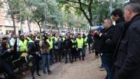 El portaveu d'Élite Taxi, Alberto Álvarez, adreçant-se amb un altaveu a un grup de taxistes abans de la reunió