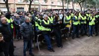 Els taxistes davant del departament de Territori durant la reunió