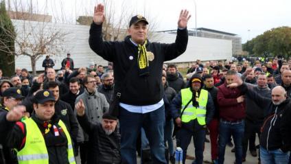 Alberto 'Tito' Álvarez, líder d'Élite Taxi, dirigint-se als taxistes durant l'assemblea