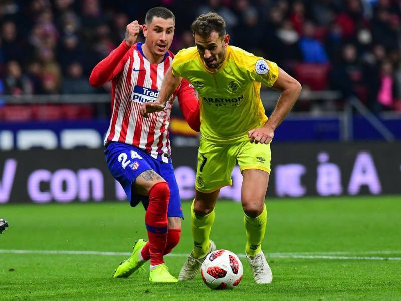 Stuani supera Giménez en una acció del partit d'ahir al Wanda