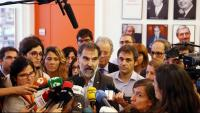 Jordi Cuixart atenent els mitjans el dia que va rebre la citació de l'Audiència Nacional