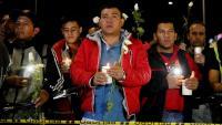 Un home participa en un homenatge a les víctimes de l'atac de Bogotá