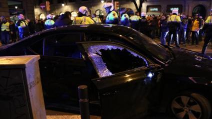 Un vehicle VTC atacat per taxistes a la Via Laietana, en una manifestació ahir al vespre