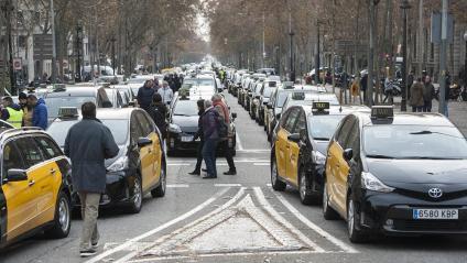Uns 450 taxis continuen ocupant a aquesta hora el tram central de la Gran Via de Barcelona