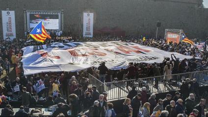 """Al final de la presentació, ahir, de la campanya d'Òmnium al castell de Montjuïc es va desplegar una gran pancarta de 13x15 metres amb el lema """"Acusem l'Estat"""""""