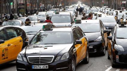 Govern i taxistes arriben a un principi d'acord per desconvocar la vaga