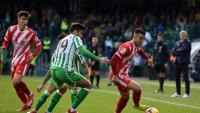 Borja García s'escapa d'un jugador del Betis durant el partit d'aquest migdia