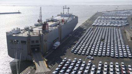 Cotxes a punt d'embarcar  per ser exportats, a Emden (Alemanya)