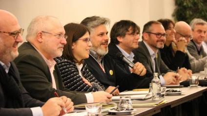 El portaveu de JxCat, Albert Batet, al centre, amb Carles Puigdemont i diputats del grup parlamentari en una reunió a Brussel·les
