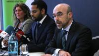 El portaveu de Vox a Barcelona, Jorge Buxadé (dreta), el portaveu del Comitè Executiu Nacional, Ignacio Garriga (centre) i la presidenta a Barcelona, Lola Martín (esquerra), en roda de premsa a l'Hotel Barceló Sants