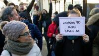 Un grup de persones es manifesten contra un acte organitzat per Vox, a Zamora