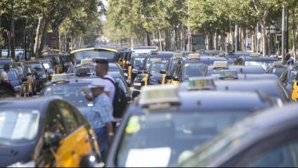 El sector del taxi continua ocupant la Gran Via de Barcelona