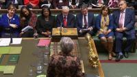 Theresa May –d'esquena– s'adreça al Parlament de Londres amb el líder laborista, Jeremy Corbyn, assegut davant seu