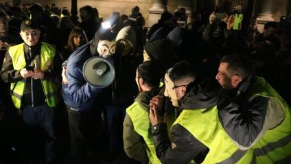 Un moment de la concentració de taxistes a la plaça de Sant Jaume aquest dilluns a la nit