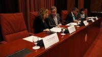 Seient buit on havia de seure l'exvicepresident del Govern Oriol Junqueras al costat dels integrants de la mesa i el president de la comissió Toni Morral