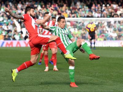 Portu salta per aconseguir una pilota per la qual també lluita Andrés Guardado, del Betis