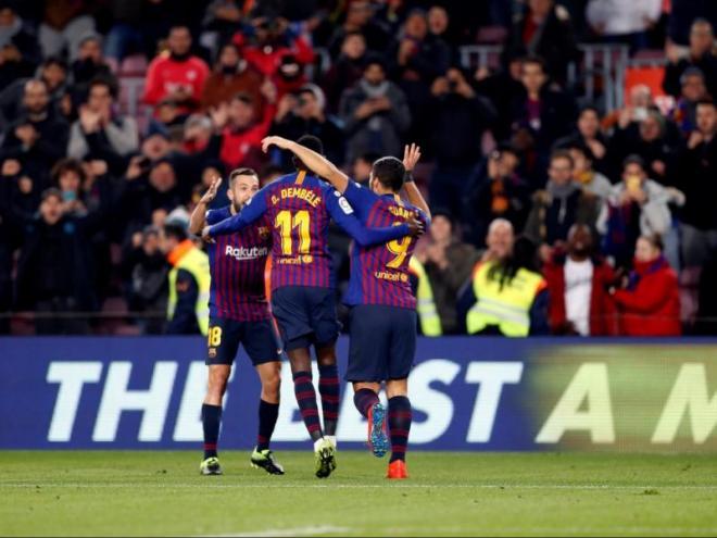Dembélé celebrant el primer gol del partit amb Jordi Alba i Luis Suárez
