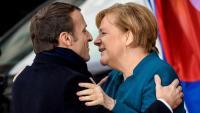 Macron i Merkel s'abracen en arribar a Aquisgrà per firmar el tractat