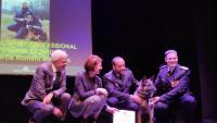 L'inspector Joan Jou imposant la medalla al mèrit professional a la patrulla canina. A la imatge, el regidor Eduard Berloso i Marta Madrenas