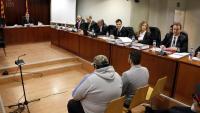 Imatge de la sala del judici amb l'acusat de disparar els dos agents forestals en primer pla assentat d'esquena a la dreta