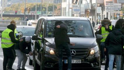 Alberto Álvarez, líder del sindicat Élite, ahir entrant a la conselleria de Territori i un atac de taxistes a un vehicle VTC a Barcelona, també ahir