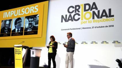 Els portaveus de la Crida i diputats de JxCat Gemma Geis i Toni Morral, durant la convenció fundacional del nou moviment al pavelló Nou Congost de Manresa, el 27 d'octubre de 2018