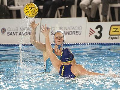 Preparades. La jugadora holandesa del CN Sant Andreu Brigitte Sleeking, en acció durant el duel de la fase de grups contra el Zuglo, que va tenir com a seu la piscina Pere Serrat