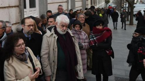 Fabio Marcelli, al centre de la foto amb els cabells blancs, fent cua davant el Tribunal Suprem.