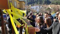 """""""El plàstic és contaminant"""", deia Inés Arrimadas mentre treia llaços grocs ahir de l'espai públic d'Amer"""