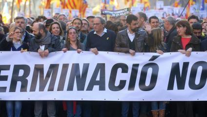 Els representants polítics i de les entitats, ahir a la capçalera de la manifestació