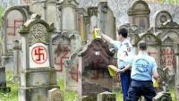 Imatges com aquesta, de profanació d'un cementiri jueu a Alsàcia, el 2004, s'han reproduït en el darrer any