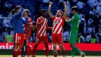 Els jugadors del Girona , amb Portu al capdavant aixecant els braços, celebren la victòria al final del matx sobre la gespa del Santiago Bernabéu