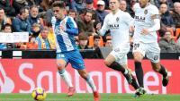 Melendo condueix la pilota davant Parejo i Txérixev