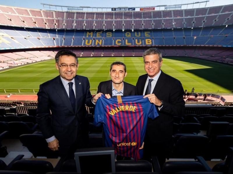 Ernesto Valverde, amb el president, Josep Maria Bartomeu, i el vicepresident esportiu, Jordi Mestre