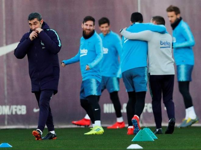 Valverde abrigant-se durant l'entrenament previ al partit contra el Valladolid