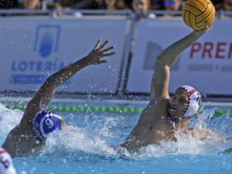 Jordi Pérez (Mediterrani) pressiona Pol Barbena (Mataró) durant la semifinal entre els dos equips