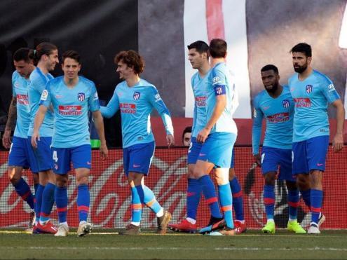 Antoine Griezmann rep la felicitació dels seus companys a Vallecas