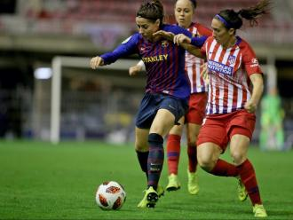Vicky Losada protegeix al pilota en el darrer duel contra l'Atlético