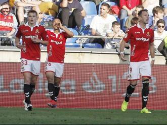 Luis Suárez celebra el gol entre Salva i Sadik