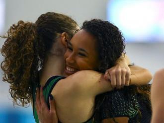 Maria Vicente s'abraça amb una rival